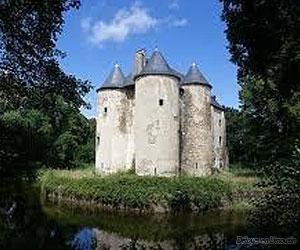 Château de Bazaneix avec ses douves