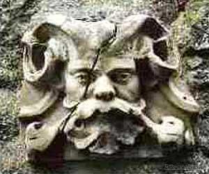 Une tête de linteau sculptée