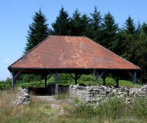 Le sanctuaire du Puy Lautard avec son toit de protection