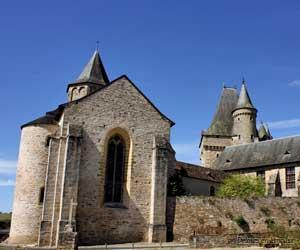 Église et château de Jumilhac en arrière plan