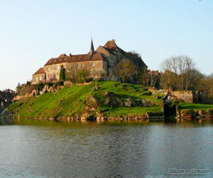 Saint-Benoit-du-Sault au bord de son étang