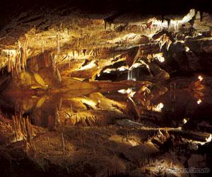 Reflet dans un lac souterrain des grottes de Lacave