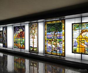Galerie de liaison, vitraux de Francis Chigot