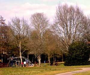 Aire de jeu au Parc du Mas Jambost