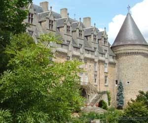 Vue du château de Rochechouart depuis le parc.